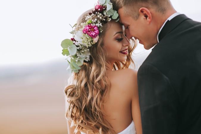 Eine einfache, aber zugleich romantische und wunderschöne Variante der Hochzeitsfrisur: Die langen Haare mit leichten Wellen in Schwung bringen und mit Blumenschmuck das Haar verzieren. Das schafft man mir ein bisschen Übung sogar ohne Friseur! (#5)