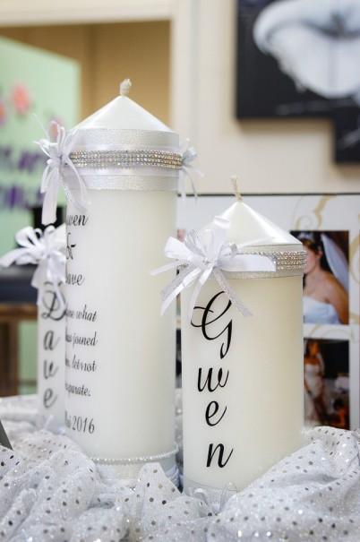 Eine Hochzeitskerze mit den Namen des Brautpaares ist die klassiche Variante beim selber machen. Allerdings kann man auch hier variieren und beispielsweise eine große Kerze mit dem Trauspruch anfertigen und zwei kleinere mit den beiden Namen der Brautleute, die dann an der großen angezündet werden. (#3)
