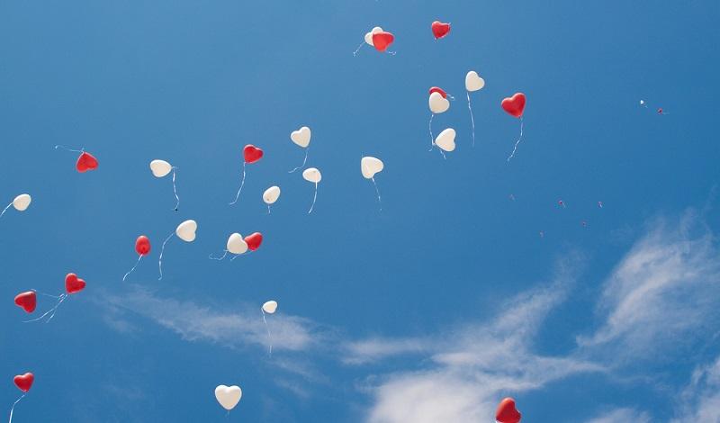 Optisch wirken Luftballons in Herzform schön symbolisch am blauen Hochzeitshimmel. (#04)