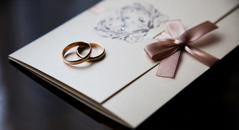 Angaben zum Motto oder zur Kleidung gehören ebenfalls in den Hochzeitseinladung Text. Diese Hinweise dürfen ruhig nett verpackt sein. (#01)