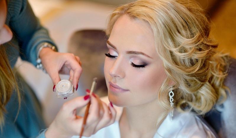 Hinweis: Das Make up für die Braut sollte unbedingt mindestens einmal, besser jedoch zweimal, vor der Hochzeit aufgetragen werden. (#02)