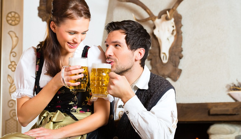 Die Bierhochzeit wird deshalb insgeheim nur von der Verwandtschaft für das Paar organisiert. An ihnen liegt es auch, vor allem eines mitzubringen: Bier, und noch mehr Bier! (#01)