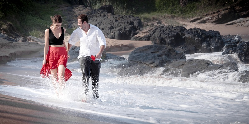 Nach 59 Jahren möchte man auf die Licht- und Schattenmomente, Hochs und Tiefs der Ehe zurückblicken. Zugleich symbolisiert das Meer in diesem Bild aber auch die Ruhe, mit der die Liebe des Paares immer noch durch Herzen und Seelen fließt. (#13)