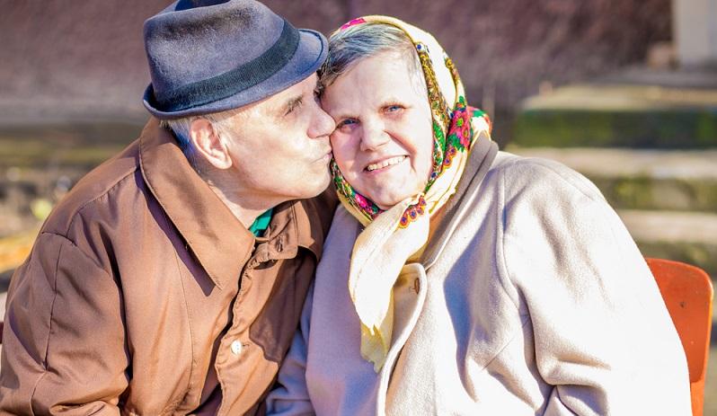 Der 55. Hochzeitstag widmet sich wieder einem Metall: Platin ist bekannt durch seine Stärke und Formbarkeit und glänzt bei richtiger Pflege besonders schön. Das gilt gleichzeitig auch für die Ehebindung und stärke der nie ermüdenden Ehe. (#10)