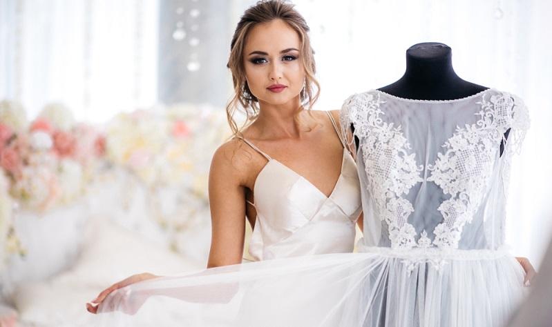 Dem Namen nach schenkt man sich zum vierten Hochzeitstag allerlei aus Seide, zum Beispiel Kissen, Morgenmäntel oder Nachthemden. (#02)