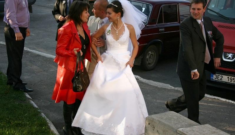 Es sind meist die engsten Freunde oder Angehörigen des Brautpaares, die sich etwas ganz Besonderes für die Hochzeit ausdenken und die Durchführung eines Hochzeitsbrauchs organisieren. (#01)