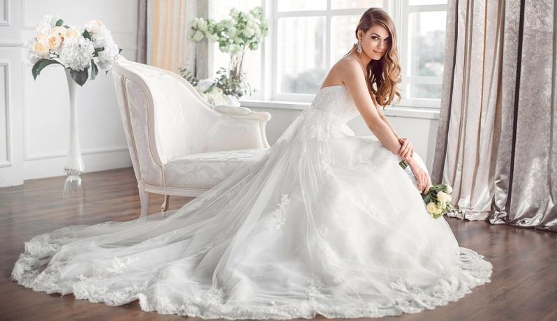 Einige Bräuche zur Hochzeit betreffen auch das Brautkleid. Die Farbe Weiß symbolisiert beim Brautkleid die Reinheit der jungen Frau und steht außerdem für Fröhlichkeit und eine helle Zukunft. (#05)