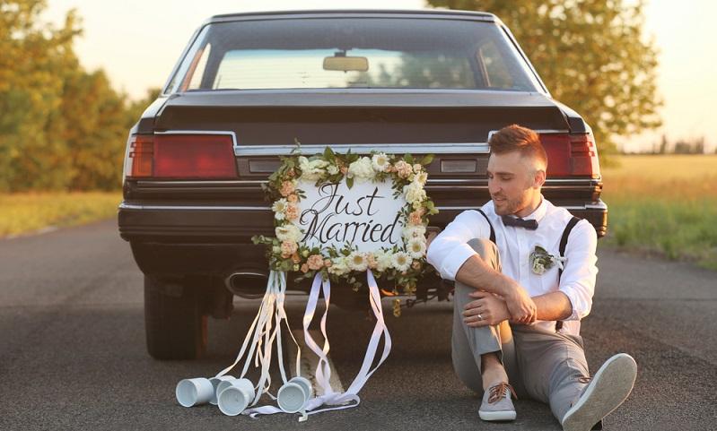Das laute Hupen aller Autos des Hochzeitskonvois soll ebenso wie die Schnur mit Blechdosen, die gern von den Freunden des Paares am Brautauto befestigt wird, böse Geister vertreiben. (#02)