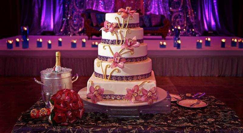 Das gemeinsame Anschneiden der Hochzeitstorte ist ein Symbol für Zusammenhalt und das gemeinsame Gestalten der Zukunft. (#10)