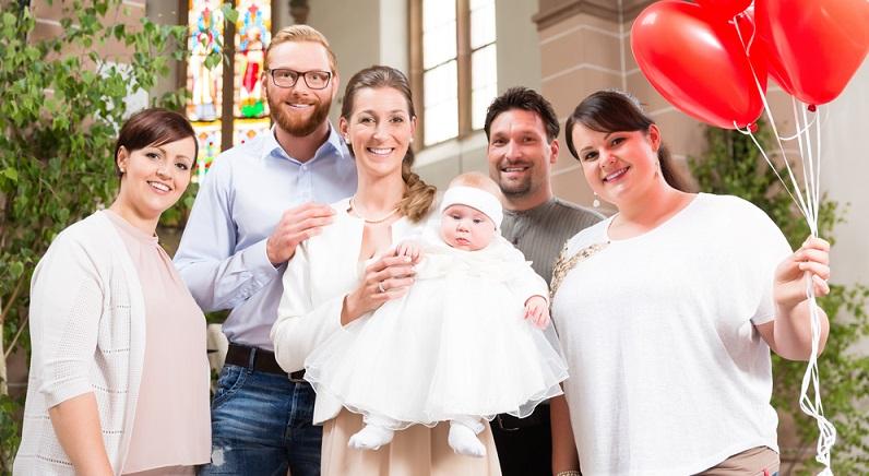 Im christlichen Glauben ist die Taufe eines der wichtigsten Feste und gilt als erstes Sakrament, das der Mensch empfangen kann. Wobei die Taufe heute nicht mehr nur bei Kirchenmitgliedern geschätzt wird. (#08)