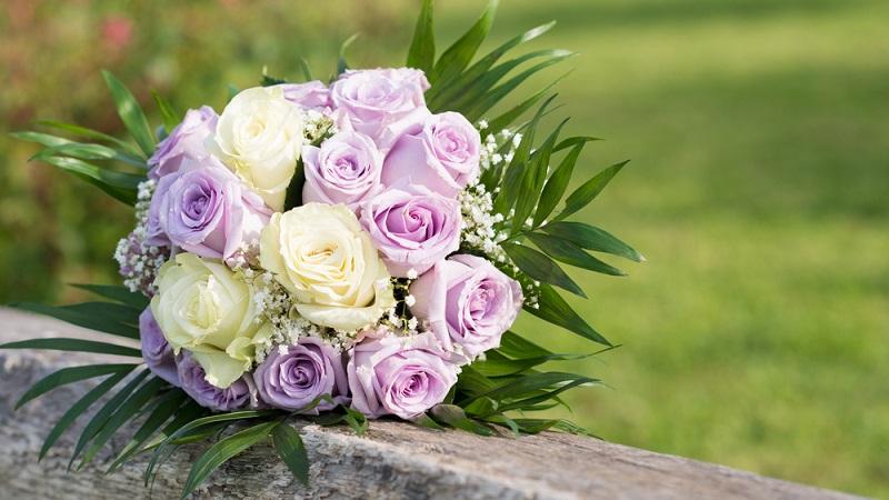 Am Ende der Hochzeitsfeier wirft die Braut, mit dem Rücken zu den Gästen stehend, den Brautstrauß. Diejenige unverheiratete Frau, der es gelingt, den Brautstrauß zu fangen, wird als Nächste heiraten. (#07)