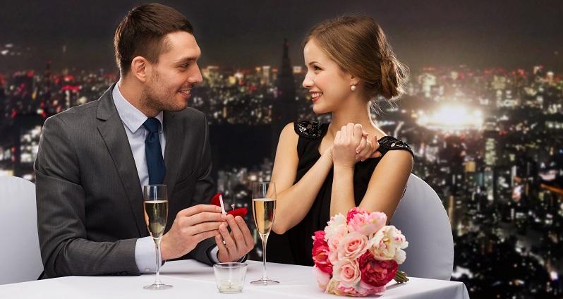 Bei romantischem Essen einen Heiratsantrag machen, da kann die Antwort nur ein lautes Ja sein. (#02)