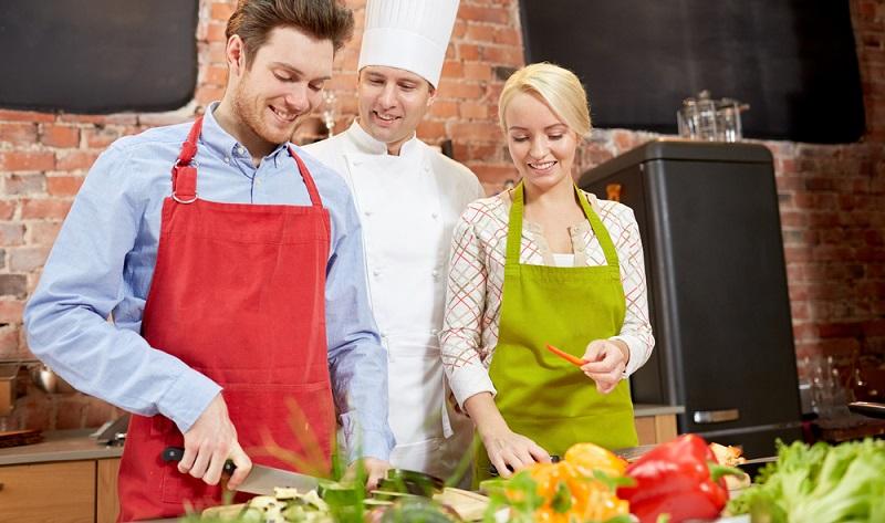 Wenn man einmal anfängt, über kulinarische Valentinstagsgeschenke nachzudenken, kommen die kreativen Ideen fast wie von selbst. Sehr originell ist ein Gutschein für einen gemeinsamen Kochkurs. (#03)