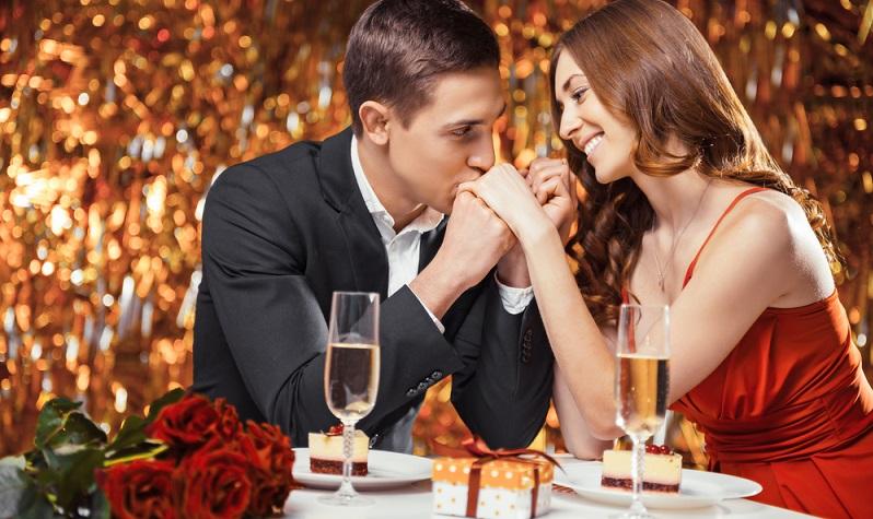 Die meisten Männer freuen sich über ein liebevoll selbstgekochtes Valentinstags-Essen. Auch die Einladung in ein Restaurant, von dem er immer mal wieder gesprochen hat, kommt mit Sicherheit gut an. (#01)