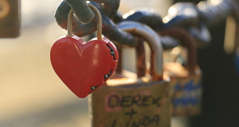 Sehr romantisch ist ein Liebesschloss mit Gravur, das dann gemeinsam auf einer Brücke angeschlossen wird, bevor man zusammen bei einem Candlelight-Dinner seine Liebe feiert. (#02)