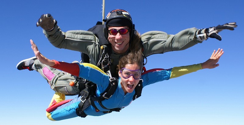 Liebt er Action und es kann gar nicht waghalsig genug sein? Beim Bungee-Jumping oder einem Tandem-Fallschirmsprung kann er seine Abenteuerlust ausleben und den Adrenalin-Kick genießen. (#04)