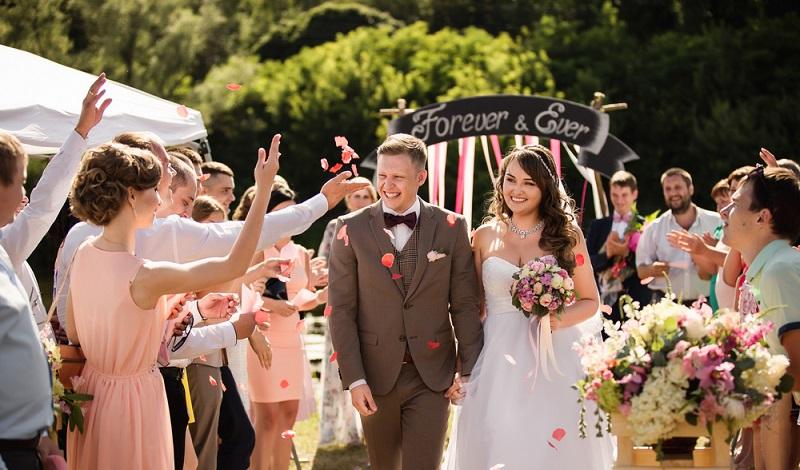 Bei einer Hochzeit muss alles stimmen. Von den Gästen über die Kleidung bis zum richtigen Wein. (#1)