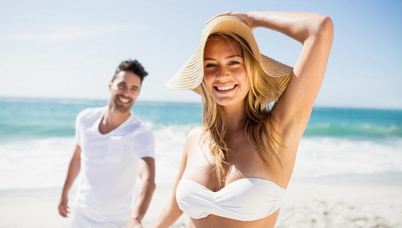 Die Sonne scheint und der Strand ist paradiesisch. Ein frisch verheiratetes Paar, das in einem Wellness Hotel in Cervia eingecheckt hat. (#2)