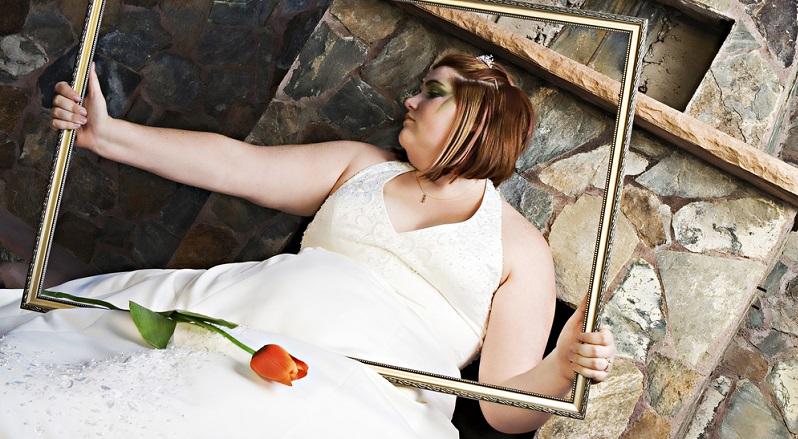 Wenn das Brautkleid gefunden ist, ist dies schon ein wichtiger Schritt. Nun fehlen jedoch noch Accessoires und kleine Ergänzungen, die das Gesamtbild abrunden und vielleicht ebenfalls noch ein wenig kaschierend wirken können.