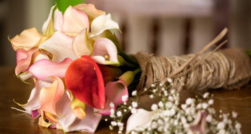 Bei der Entscheidung für einen Brautstrauß mit Calla spielen auch die Kosten eine Rolle.