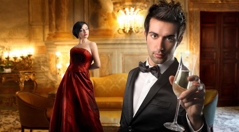 Auch die Black Tie Hochzeit ist sehr elegant, der Dresscode verlangt den Smoking bei Herren und das lange Abendkleid bei Damen.