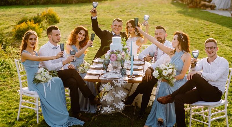 Der Wunsch des Brautpaares muss in puncto Dresscode allen Gästen Befehl sein.