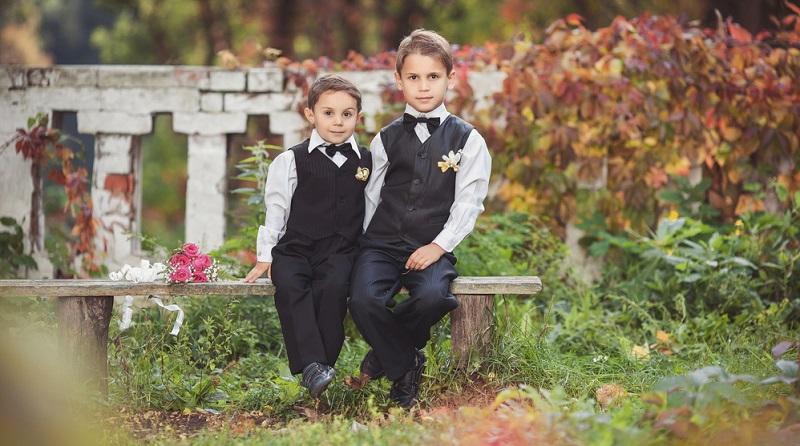 Männliche Gäste tragen daher am besten einen einfachen Anzug in Dunkelblau oder Schwarz.