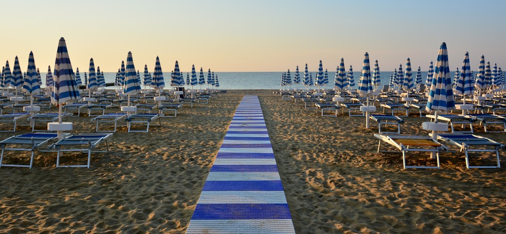 Am Strand von Bibione sollte man sich Liege und Sonnenschirm mieten. Die Adriatic-Küste lädt nicht nur mit Panoramenblick ein. Man kann hier Badespaß pur haben. (#5)