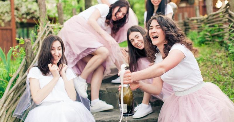 Neben den Aufgaben, die Brautjungfern übernehmen, gibt es auch Dinge, die sie keinesfalls machen sollten, um nicht unfreiwillig in ein Fettnäpfchen zu treten oder das Brautpaar zu verärgern.