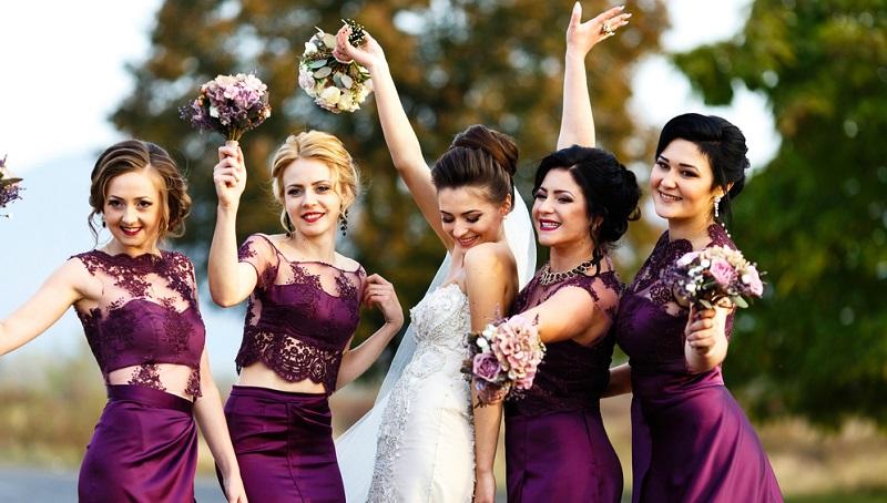 Im Gegensatz zu den Brautjungfern übernehmen die Trauzeugen am Hochzeitstag eine offizielle Funktion, die ebenfalls eine lange Tradition hat.