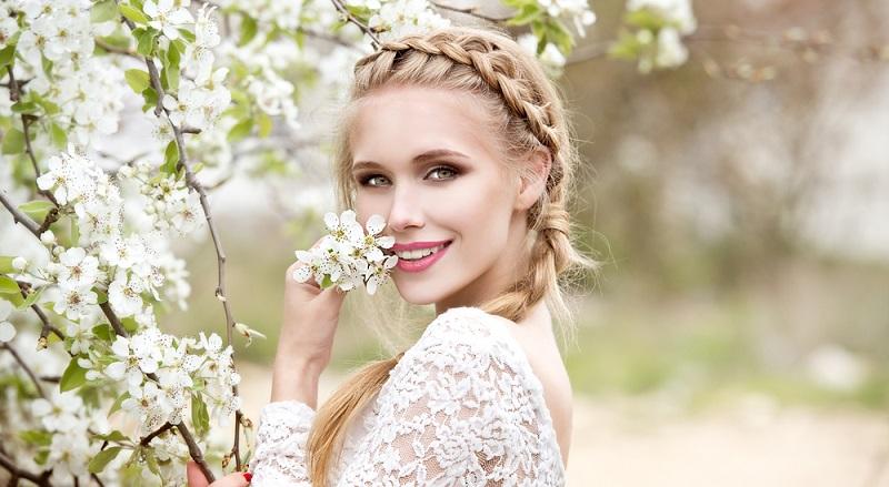 Geflochtene Zöpfe sind eine wunderbare Alternative zur Hochsteckfrisur und können auch dann getragen werden, wenn die Braut selbst ihre Haare sehr romantisch hochgesteckt oder geflochten trägt.