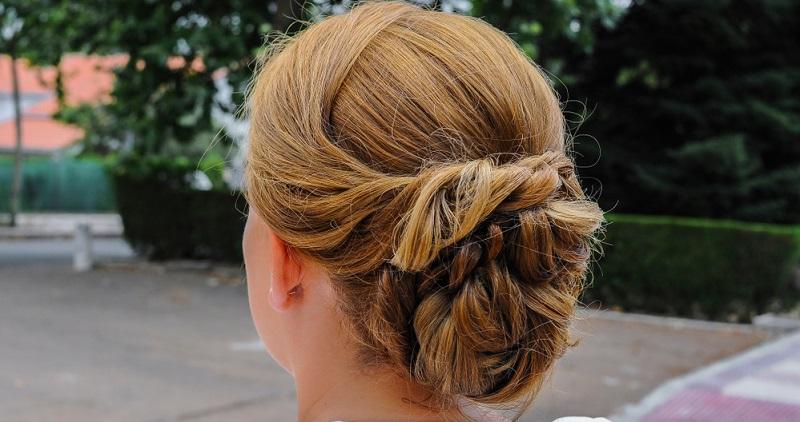 Hat die Braut selbst kurze Haare, stellt sich die Frage nach der Hochsteckfrisur freilich nicht, dann hat ein Hochzeitsgast alle Freiheiten beim Frisieren.