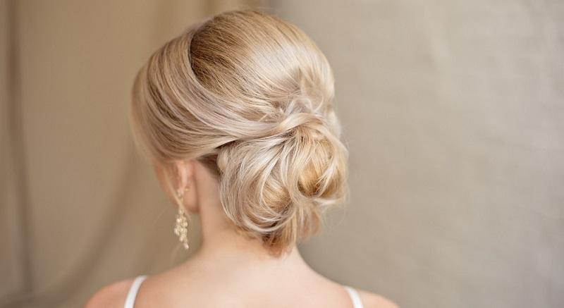 Auch in 2019 gilt wieder, dass die Haare nicht zu stark gestylt werden sollten. Vielmehr werden sie bewusst derart frisiert, dass sie wie unfrisiert aussehen – das gilt natürlich auch für Brautfrisuren und die Frisur für den Hochzeitsgast.