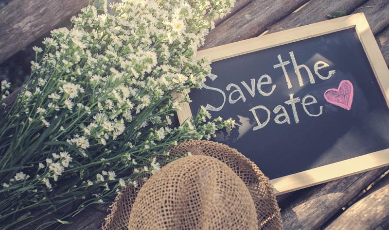 Steht der Termin für die Hochzeit fest, können zuerst Save-the-Date-Karten verschickt werden.
