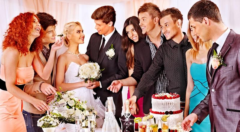 Die Hochzeit ist im besten Fall ein einmaliges Erlebnis und wird nicht zuletzt durch die Gäste geprägt. Hier sollten daher auch nur die Menschen auf die Gästeliste kommen, mit denen sich das Paar gern umgibt.