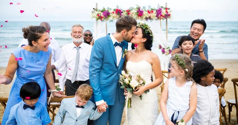 Noch ehe es an die Erstellung der Gästeliste zur Hochzeit geht, muss klar sein, wer überhaupt eingeladen werden muss. Natürlich die Familie, denn immerhin ist die Hochzeit ein Familienfest.