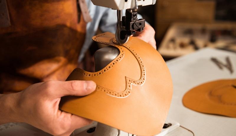 Kunstleder kann leicht gereinigt werden. Bei gröberen Verschmutzungen kann Spülmittel eingesetzt werden.