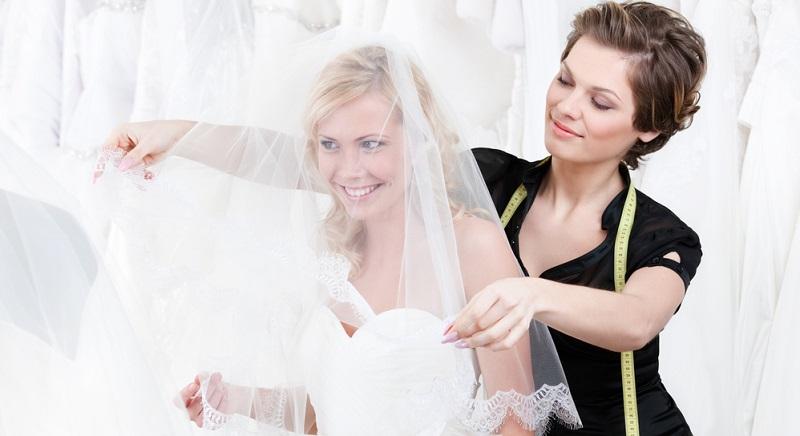 Was braucht eine Braut? Natürlich das Brautkleid, den Brautstrauß, das passende Brautstyling, den Schleier und noch viel mehr.