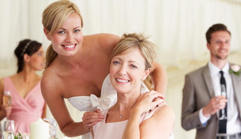 Wer eine Frage hat, sollte sich nur in den wichtigsten Fällen an die Braut wenden! Meist handelt es sich um unwichtige Details, die auch die Brautmutter oder die beauftragte Hochzeitsplanerin beantworten kann.