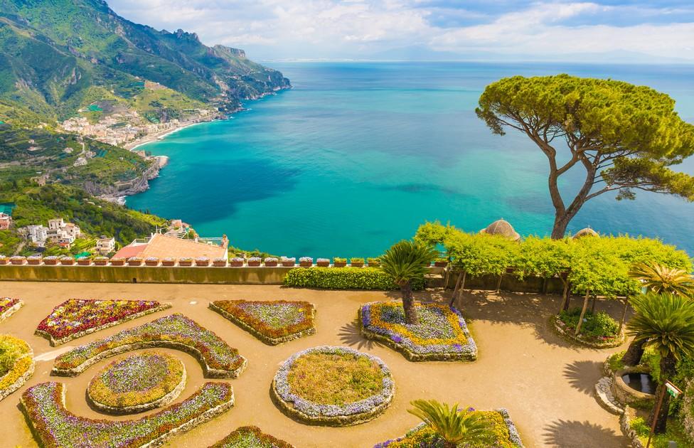 An der Amalfi-Küste gehört die Villa Rufolo nicht nur als Gebäude, sondern auch mit ihrer Lage und ihrem fantastischen Ausblick zu den Must-Sees für jeden Urlaub. Die Amalfi-Küste zeigt sich auf diesem Foto mit ihrem kristallklaren und fast türkisblauen Wasser von ihrer romantischsten Seite. (#2)