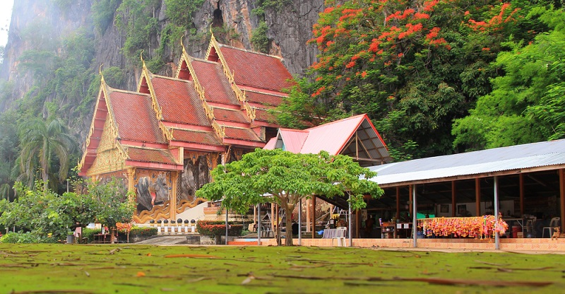 In Khao Lak gibt es einige, wirklich umwerfend schöne Tempel. Prunkvoll und detailreich verziert bringen sie die Besucher aus aller Welt zum Staunen und repräsentieren die Kultur Thailands.
