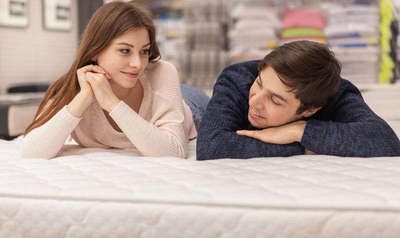 Das erste gemeinsame Bett wird in der Regel deutlich überlegter gekauft als ein eigenes. Denn im Gegensatz zu einem Bett, das nur von einer Person allein genutzt wird (oder nur selten gemeinsam mit dem Partner), müssen hier beider Ansprüche berücksichtigt werden.