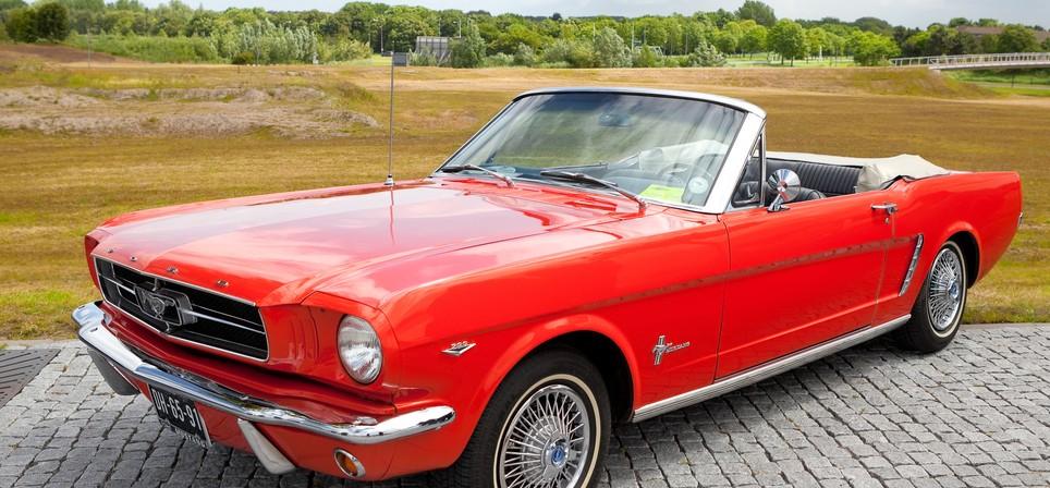 """In diesem roten Cabrio würde sich Mirko sicher recht wohl fühlen. Der """"Mustang"""" aus den Fünfziger sieht aber auch wirklich recht schick aus... Bei mydays habe ich ihn für 199 Euro gesehen. Nach meinen Erfahrungen mit Mirko dürfte das ein Volltreffer werden. (Foto: shutterstock - Gertan, #2)"""