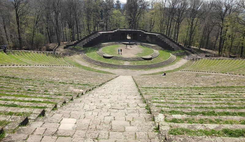 Die Thingstätte ist ein Überbleibsel aus der Nazi-Zeit und wurde einst dazu errichtet, um hier Versammlungen abhalten zu können.