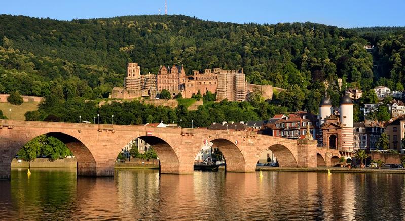 Die Alte Brücke ermöglicht die Überquerung des Neckars, was natürlich zu Fuß erfolgen sollte. Romantischer kann ein Spaziergang nicht sein, vor allem im Frühling und Sommer, wenn die Stadt zu buntem Leben erwacht.