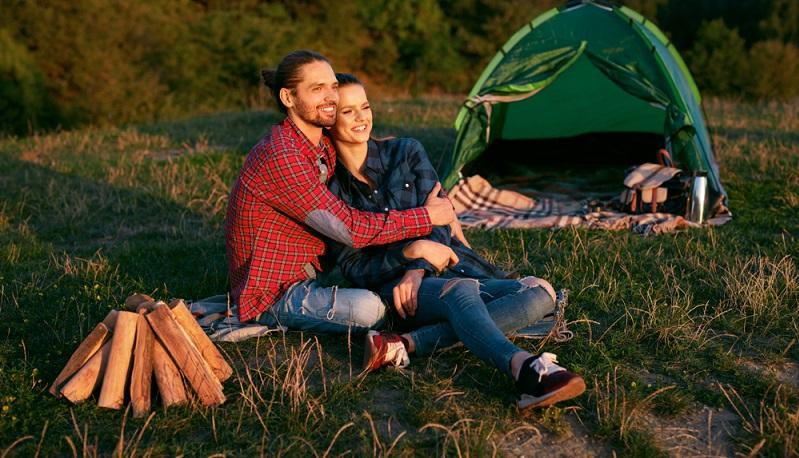 Grüne Hochzeiten werden nicht nur als Trend gesehen, sondern auch als Lebenseinstellung. Das bedeutet, dass es bei der Planung der Flitterwochen an die Nachhaltigkeit geht ( Foto: Shutterstock- puhhha)