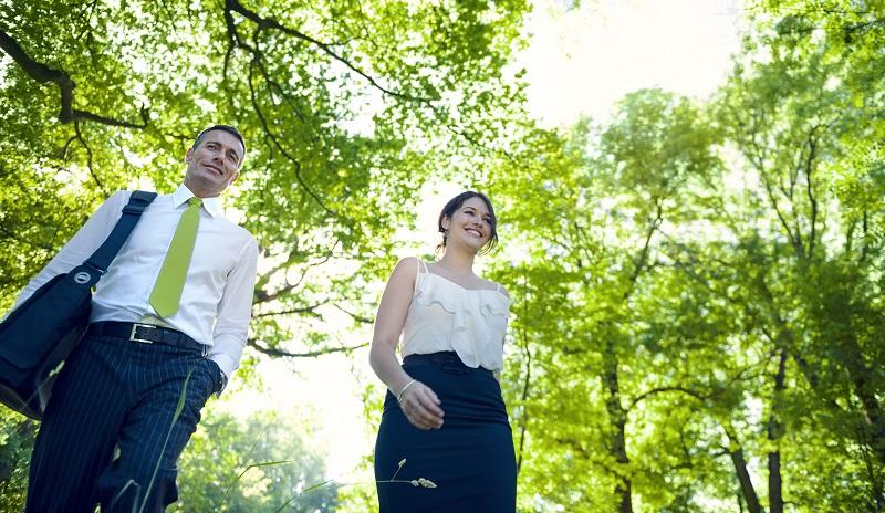 Viele Gedanken macht sich das Brautpaar meist um die Kleidung. ( Foto: Shutterstock-Rawpixel.com )
