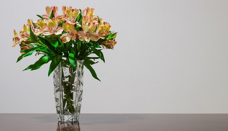 Es darf ruhig echtes Kristall sein. Mit einem schönen Blumenstrauß gefüllt, ist eine Kristallvase ein echter Blickfang und erinnert immer wieder an diesen Hochzeitstag.  ( Foto: Shutterstock- Leonidas Santana )