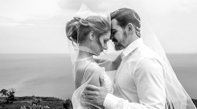 Es ist so einfach, die Erinnerung an die Hochzeit wach zu halten und auch Besucher in der Wohnung daran teilhaben zu lassen.  (Foto: Shutterstock-Mikhaylovskiy )
