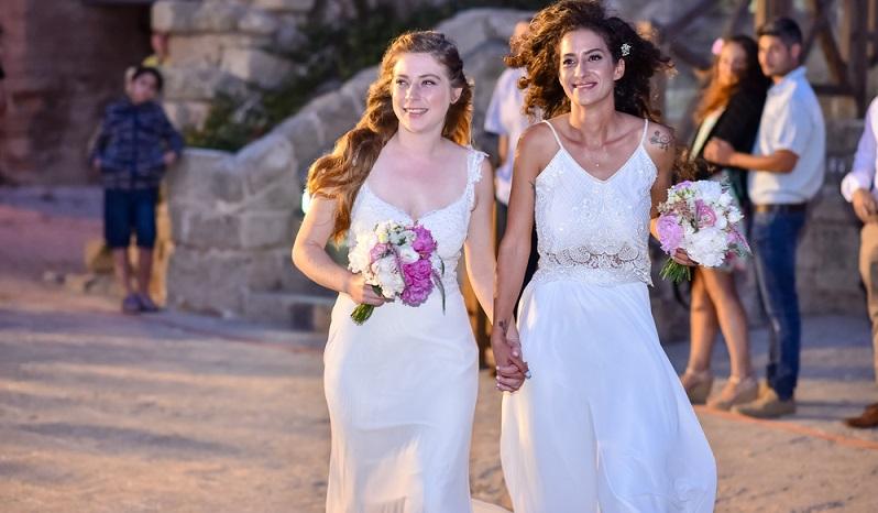 Farbige Hochzeitsbilder aber zeigen das blühende Leben und laufen nicht Gefahr, melancholisch zu wirken. Genau das ist bei den Hochzeitsfotos in Sepia oder Schwarz-Weiß gern der Fall. (Foto: Shutterstock-  Lital Israeli )